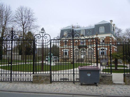 Monument à Raoul Larche