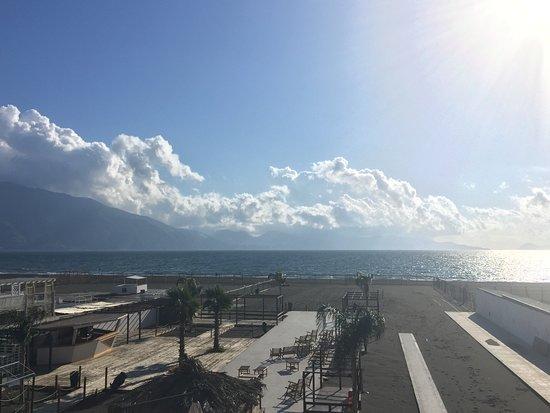 La Barchetta: Dalla terrazza sulla spiaggia.......
