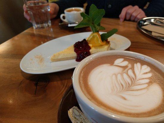 220 GRAD : Heiße Schokolade mit Latte Art und leckerer Kuchen