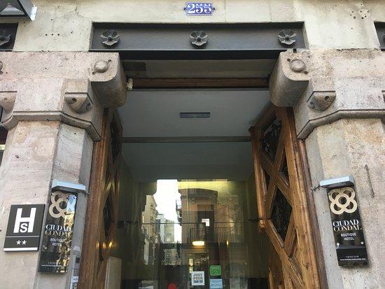 Hostal Ciudad Condal: Entrada Calle (Mallorca 255)