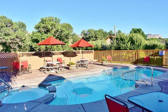 Mount Carmel, UT: Enjoy our seasonal pool and hot tub:)