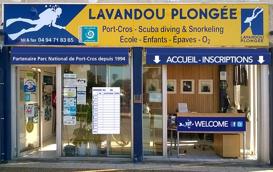 Le Lavandou, France : Club-house sur le port.
