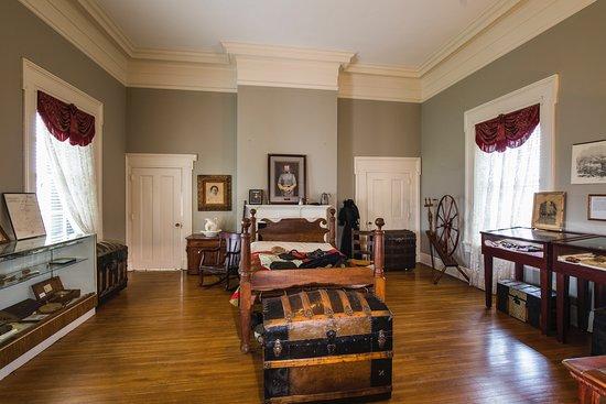 Spring Hill, Теннесси: Bedroom & Exhibition Hall at Rippavilla