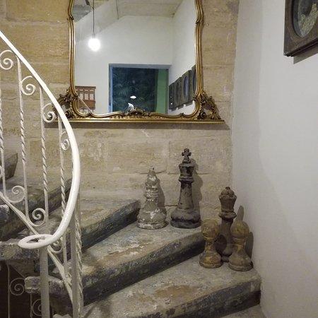 Senglea, Malta: Здесь  холл и винтовая лестница, вид с балкона на Гавань с  круизным лайнером