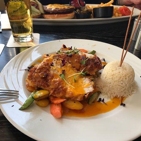 Schondorf am Ammersee, Germany: Seepost Schondorf: Putenschnitzel im Cornflakemantel mit Gemüse und Mangosauce, wahlweise Basmat