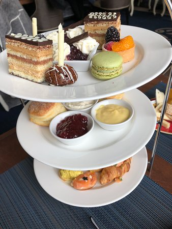 Fairmont Chateau Lake Louise: Afternoon tea was a delight