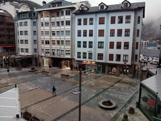 Hotel Oriol : Plaza junto a la av Meritxell