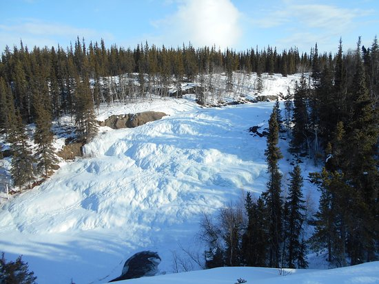 Cameron River Falls Trail: View of the frozen falls