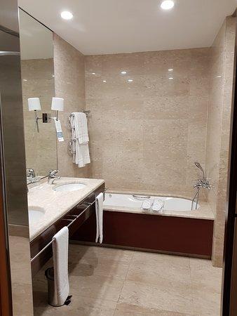 Mooie royale badkamer met separate grote douche, toilet en bidet ...