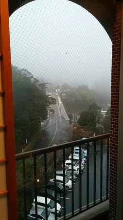この方向に新燃岳があるはずですが、霧で見えません