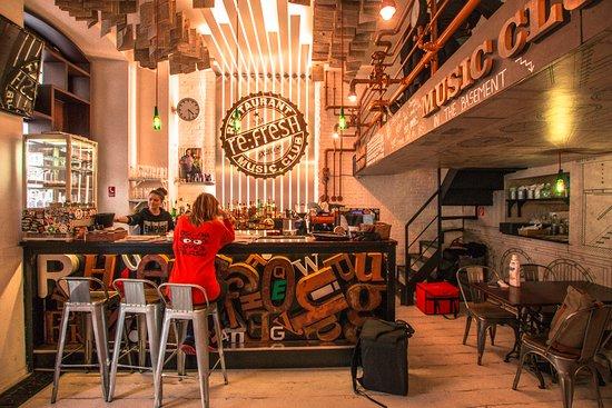 Re:Fresh Restaurant & Music Club: Bar