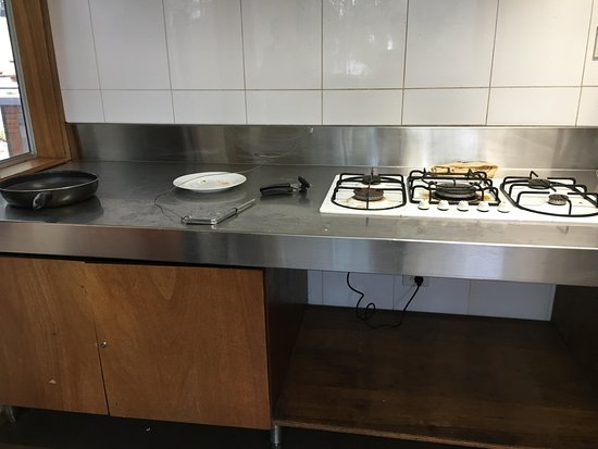 Cape Otway, Australia: Dirty kitchen, no one cleans or check cleanliness
