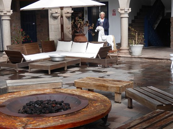 El Mercado : A cosy firepit in the central courtyard. Lovely place to relax evenings with a drink and live mu