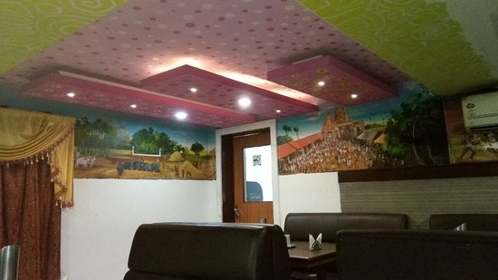 Sirkazhi, India: Clean and comfortable dining area