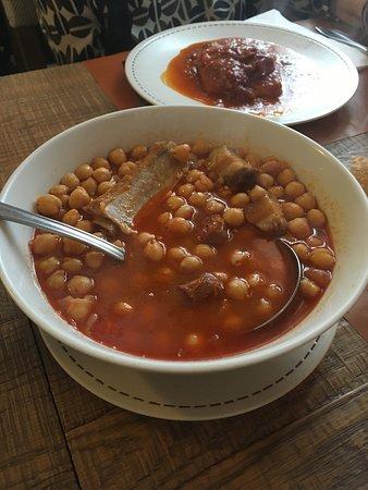 A parte de platos más elaborados, comida casera muy rica. Esta era una ración para una persona