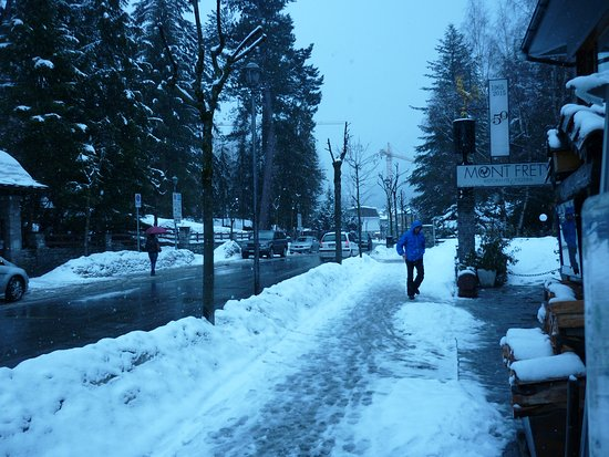 Ristorante Mont Frety: Outside the restaurant on a snowy day