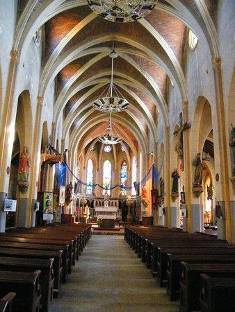 Le Crotoy, Frankrike: Nef centrale et autel néo-gothique dédié à la Vierge