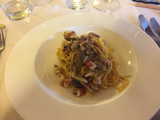 Camburzano, Italia: Spaghetti alla chitarra con seppie, tonno e bottarga di branzino.