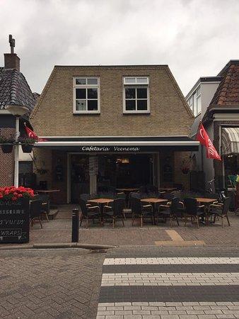Cafetaria Veenema ligt gelegen in het centrum van het watersportdorpje Akkrum