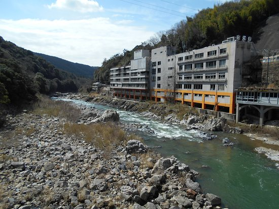 Kasugai, Japón: 端から眺める旧千歳楼の廃墟と土岐川