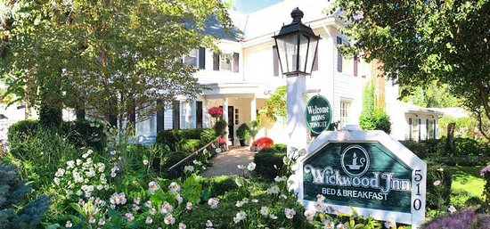 Wickwood Inn: The lush gardens greet our guests - a wonderful beginning to their stay.