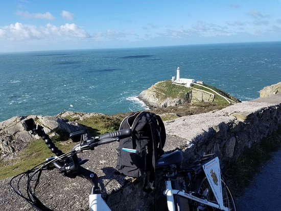 Llangefni, UK: Was easy enough to pedal that I made it all the way up the hill to the lighthouse.