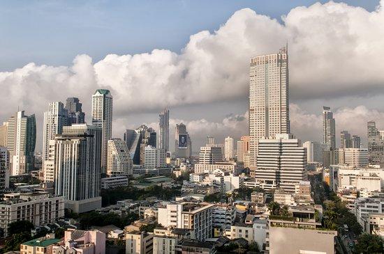 Vista dalla terrazza con piscina - Bild von Furama Silom, Bangkok ...