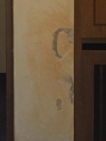 Nuovo Hotel Quattro Fontane: Beschadigingen aan de muur.