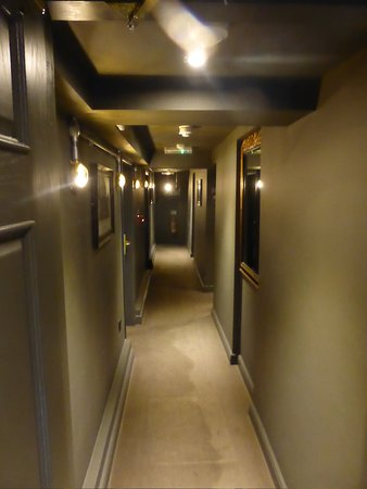 The Churchill Hotel: Corridor our room was at the end of smelled of damp