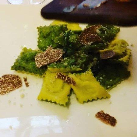 Portico di Romagna, إيطاليا: Ravioli bicolore con lamelle di tartufo
