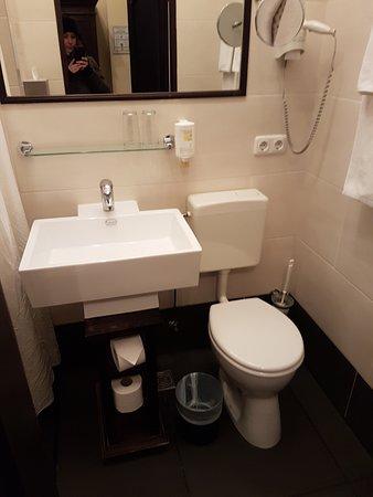 Hotel Aviv Dresden: Kleines Badezimmer