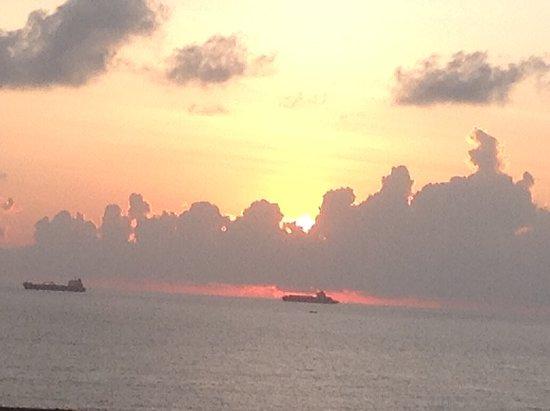 سي كليف هوتل: Sunrise from my room (ships waiting to enter the port)