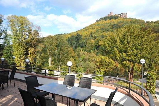 Kurhaus Trifels: Blick von der Terrasse auf Burg Trifels