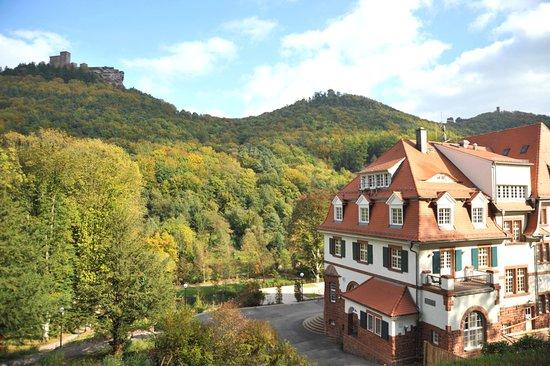 Kurhaus Trifels mit Blick auf die Burgen und Ruinen Trifels, Anebos und Münz