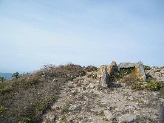 Plomeur, Pháp: Les dolmens