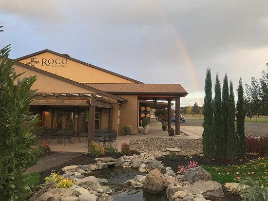 Newberg, Oregón: Rainbows are as common as grape vines in the Chehalem Mountains