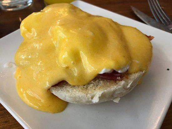 Fonty: Huevos benedictinos con bacon y salsa holandesa, malísimo