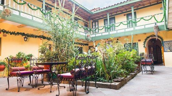 Amaru Hostal: Jardines con flores y luz natural, ambiente tranquilo