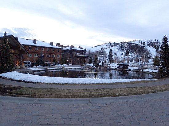 Sun Valley Inn: Front of the Lodge