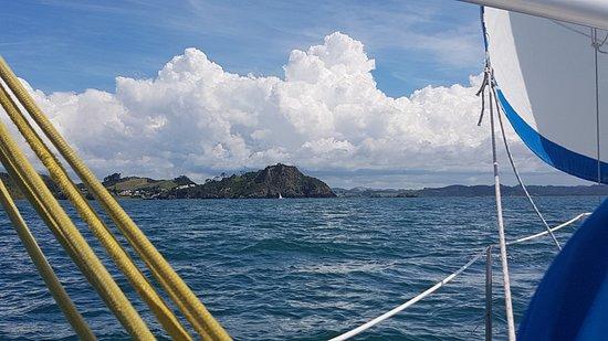 Opua, Νέα Ζηλανδία: Sailing along in one of the Raven 31s