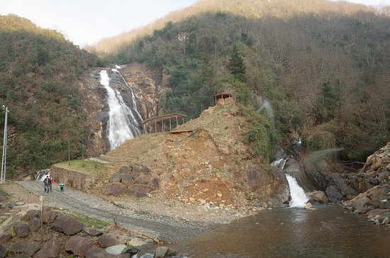 Cayeli, Turkey: 吊り橋から滝を撮影した写真.滝の右側に展望台がある.