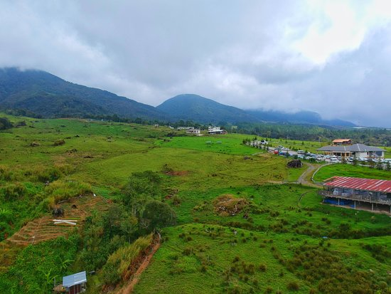 Desa Dairy Farm: Facing the covered mount Kinabalu.
