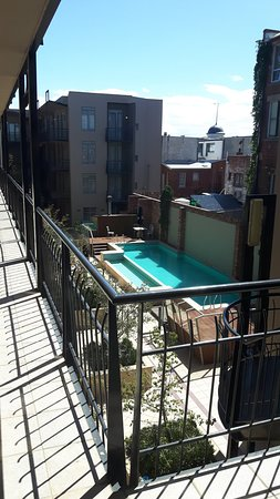 Melbourne Metropole Central: View down to pool