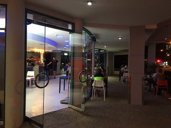Alexandra Headland, Australia: Indoor and outdoor seating for great atmosphere