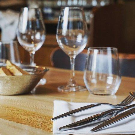 Simorre, Francia: table en platane massif