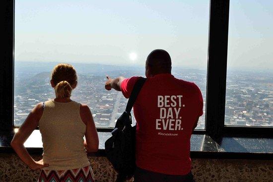 Greater Johannesburg, Sudafrica: Guide Bongani explaining some of the history of Johannesburg from The Top of Africa
