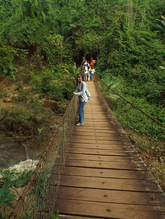 Kachang Waterfall: Suspension bridge to waterfall