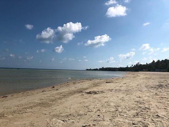 Shiva Samui: Endroit de «zenitude»;-) le calme sur la plage, du sable fin et du bleu tjs du bleu! Une après m