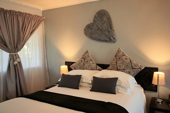 George Lodge International : Double bed room - upstairs with balcony - shower only in en-suite