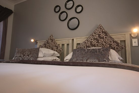 George Lodge International: Two Single beds - upstairs with balcony - en-suite bathroom with shower in bath
